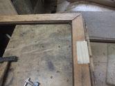 開き戸の取っ手を付けるため鍵交換の埋め木修理をします。