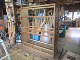 水屋戸棚の裏板、棚板、天板が剥がれ骨組みだけに成りました。