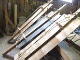 分解した水屋戸棚の天板、棚板の割れを繫ぐ修理です。この水屋は棚板の使い方が良くない為、強い棚に作り変えました。