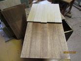 開き戸の中板に新しい柾板を貼ります。