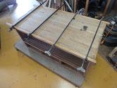桐箪笥上段の天板も全て剥ぎが切れ、埋め木とハタガネで修理しました。