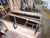 本体の縮みによる奥行不足を修理するために胴縁、棚板に木を貼り調整します。