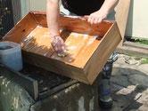 時代箪笥の引出内部の汚れを取る為、洗剤で洗います。その後天日乾燥と成ります。