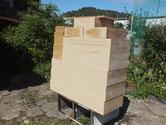 カルカヤで柾目を立てとの粉を塗り天日で乾燥させています。