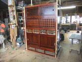 菰野町より修理依頼の水屋戸棚の前枠と後枠の結合です。引き戸を入れたので完成みたいです。