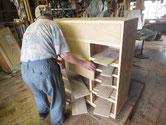 新しく作った前板を箪笥本体の枠に合わせる作業をしています。