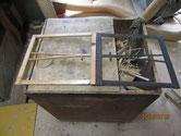 塗膜の付いた枠を分解して木地を出し組み直します。