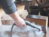 引き出し全面に塗ってある塗料をスチームで洗い落としています。