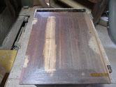 開き戸の前面がひび割れているので埋め木修理をします。