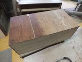 桐箪笥本体の裏板の割れに埋め木修理し汚れを落とします。