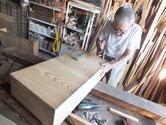 新しく作った前板に引出本体を取り付ける作業をしています。