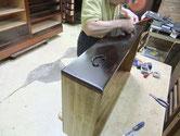 漆の塗り終わった引出に塗り終わった金物を打ち引出が出来上がっていきます。