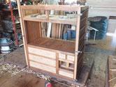 塗装が乾燥したので引出の奥行、棚板の打ち込みをして組み上げます。