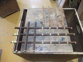 水屋戸棚の引戸枠の格子の分解カンナがけです。組み方を間違えないように慎重に修理を進めます。
