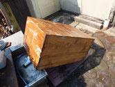桐たんすの本体の砥の粉取りと洗剤にて洗い乾燥させます。