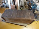桐たんす本体の裏板の割れに埋め木修理をしました。