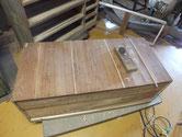 桐たんすの裏板が剥ぎ口と杢目の所で割れている為、埋め木修理をします。
