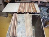 磨き終えた戸板飾り棒に柿渋を塗り乾燥後組み立てます。