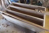 本体の胴縁、棚板を鉋をかけて新しい桐を貼る接地面を作ります。