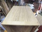 桐箪笥の側板割れに埋め木をして修理します。