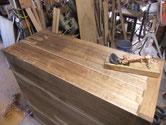 側板の割れを修理して木地を出す為、カンナがけをします。