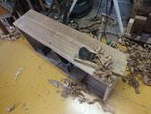 引出前板の鉋がけです。削りシロは2~3㎜ですので気お付けて削ります。
