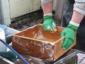 郡上市より修理依頼の桐たんすの引出を荒洗い、洗剤洗いをしました。