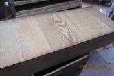 引出の底板の割れに埋木修理をして清掃、鉋がけをします。