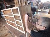 桐箪笥本体の側板を鉋をかけ木地を出します。