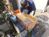 江南市より修理依頼の桐たんすの引出洗いです。荒洗い後洗剤で洗います。