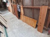 棚板と背板のオイル塗装を終えたので乾燥させています。