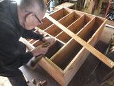 箪笥本体の前面胴縁、棚板に鉋をかけ接地面を作り新しい木を貼ります。