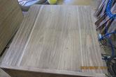 桐箪笥本体の側板と裏板の割れに埋木修理をしました。