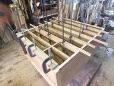 胴縁、棚板を鉋で削り取り接地面を作り新しい板を貼り前面を修理します。