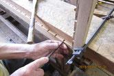 戸枠中の格子を外し再度入れやすくするため溝を掘ります。