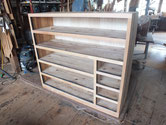 昨日貼った胴縁、棚板の新しい木乾燥して出っ張りを削り引出前板を仕込みました。