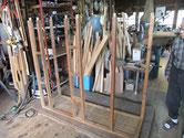 水屋戸棚の分解を始めました。写真は骨組みとなったところですが、本体はパーツに成りました。