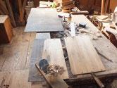 水屋戸棚本体より取り外した棚板をカンナで削り再度貼り付けます。