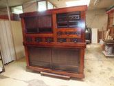 大阪市より修理依頼の水屋戸棚の分解修理を終え漆塗りにて完成しました。
