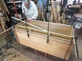 大垣市より修理依頼の桐たんすの胴縁に新しい桐を貼っています。