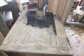 箪笥下段の焼けた所は酷く桐板埋め込みを順番にやって行きます。