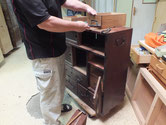 松江市より修理依頼の時代箪笥の金物を外しています。