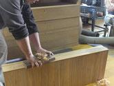 硬く付いた砥の粉の塗膜を出し目の鉋刃で削り取り再度鉋がけをします。