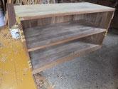 桐たんすの前面が欠けたり凹んでいる為、埋め木をしたりアイロンを使い修理します。