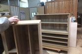 桐箪笥本体の側板と胴縁、棚板にロウを塗っています。