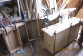 作った接地面に用意した桐柾板を貼り付け修理しました。
