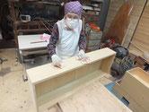 砥の粉ヤシャ仕上げを終え仕上げ工程となるロウ磨きをしています。