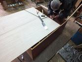 アンティーク箪笥の土台を修理しています。裏板の切りっぱなしは割れにつながる為です。