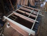 全面の胴縁、棚板を鉋がけをして新しい木を貼ります。
