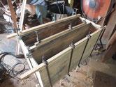 引出の乾燥縮みと本体の縮みで奥行きが足らずで新しい板を貼り修理します。